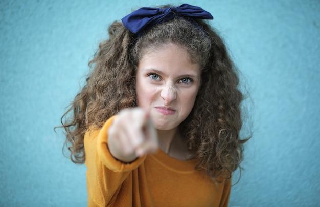 Chica enojada acusando a alguien