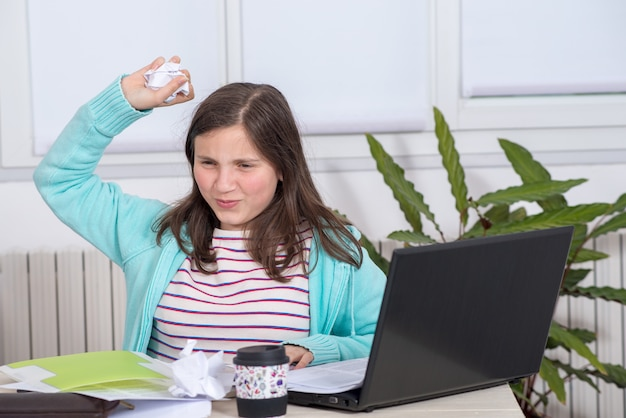 Chica enojada haciendo su tarea