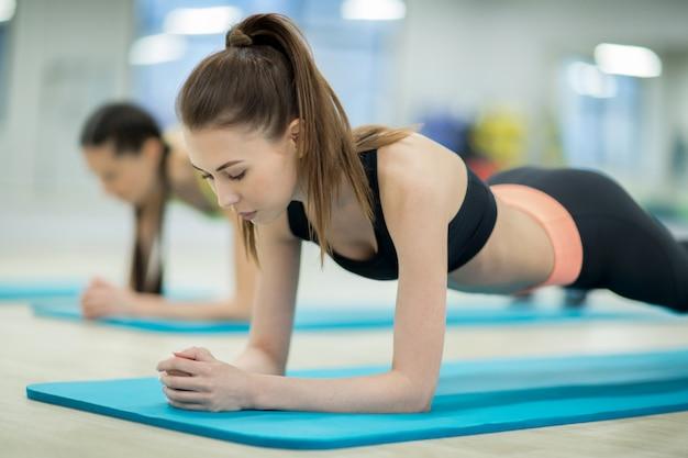 Chica entrenando en el gimnasio