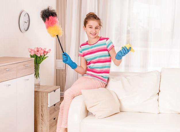 Chica es limpieza en interiores