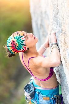 Chica escalador escalando mientras estudiaba el camino