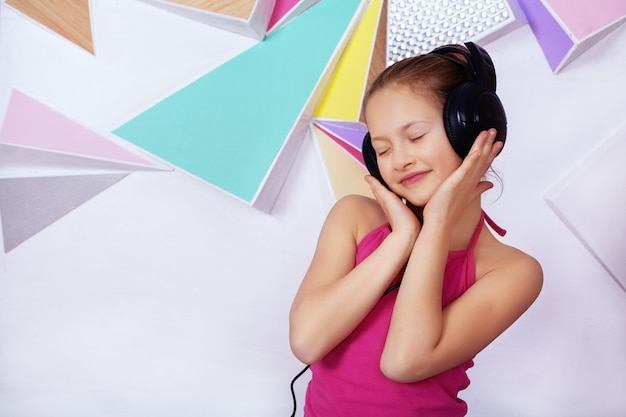 Chica escuchando música con auriculares.
