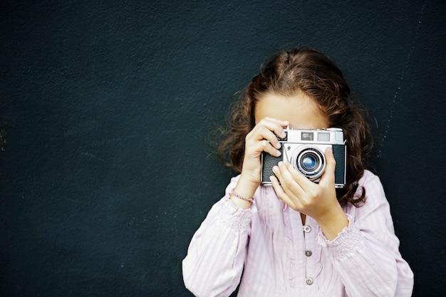 Chica española con cabello castaño y ojos azules tomando una foto