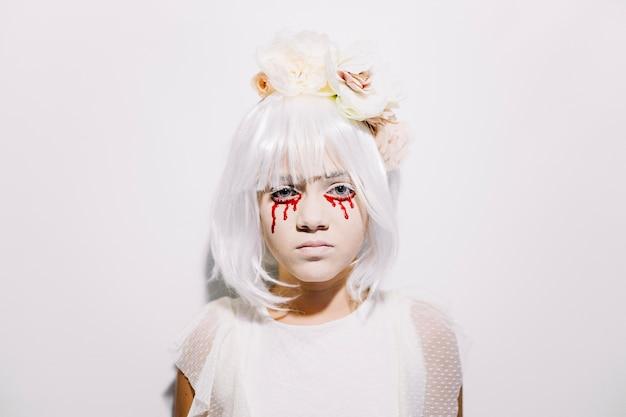 Chica espeluznante con lágrimas de sangre