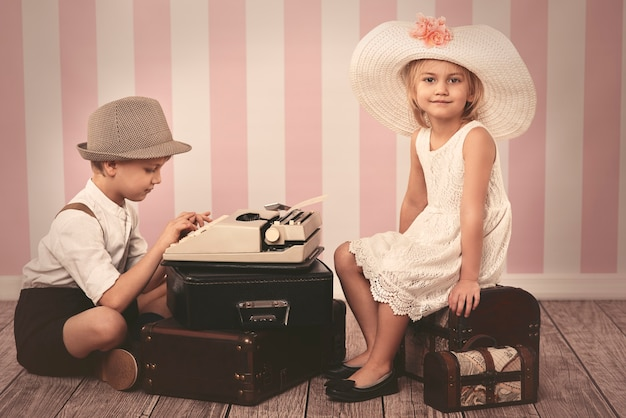 Chica esperando una carta romántica