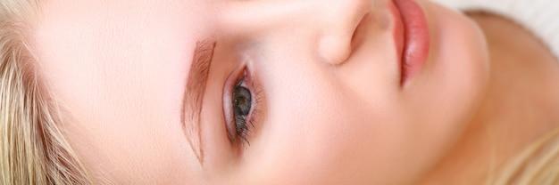 Chica esperando procedimiento permanente de cejas