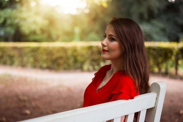 Chica esperando a su novio en el parque por la noche
