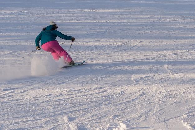 Chica esquiadora en la pista de esquí de la región de moscú