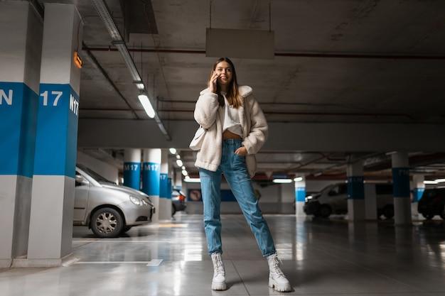 Chica en estacionamiento subterráneo