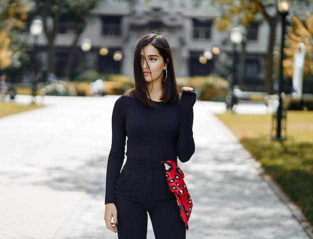Chica con estilo caminando por el campus de su escuela