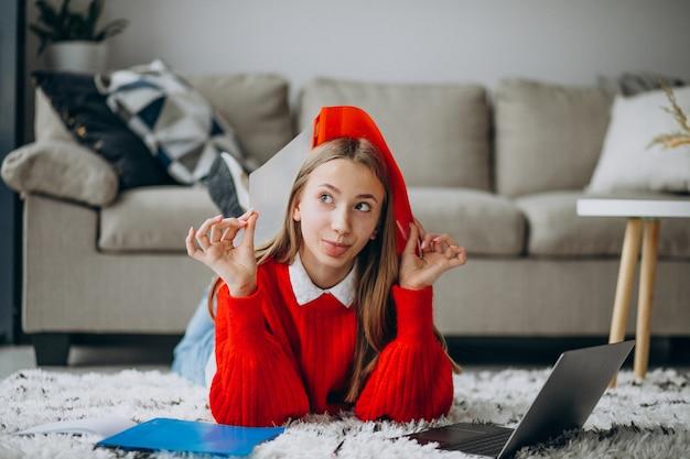 Chica estudiando en casa en la computadora