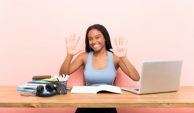 Chica estudiante adolescente contando diez con los dedos