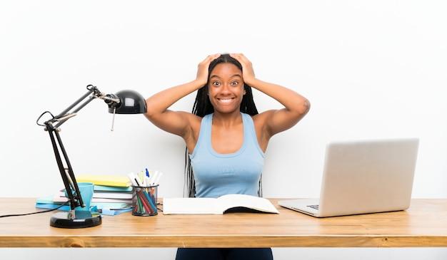 Chica estudiante adolescente frustrada y toma las manos sobre la cabeza