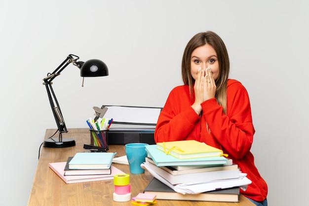 Chica estudiante adolescente en su habitación con expresión facial sorpresa