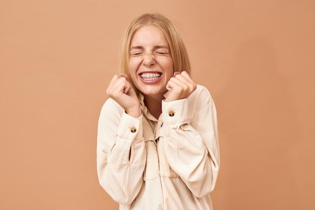 Chica estudiante adorable con estilo celebrando el éxito
