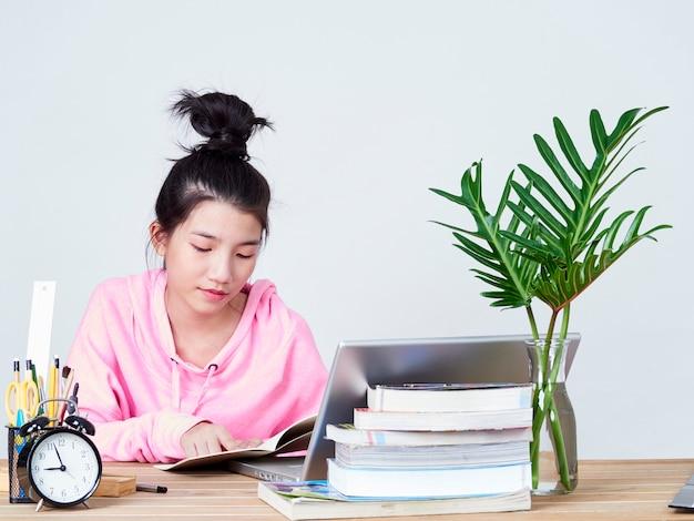 Chica estudiante que trabaja en la computadora portátil.
