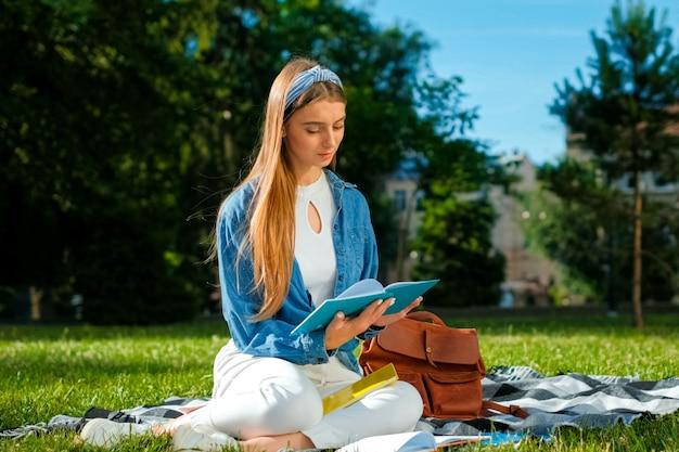 Chica estudiante relajarse en el parque