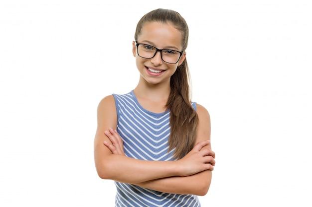 Chica estudiante segura en vasos con los brazos cruzados