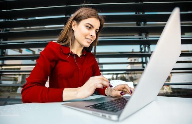 Chica estudiante trabaja con computadora