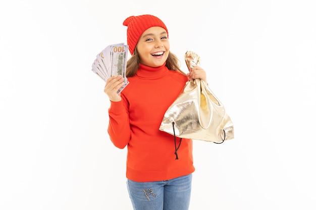 Chica europea con dinero en manos en blanco con copyspace