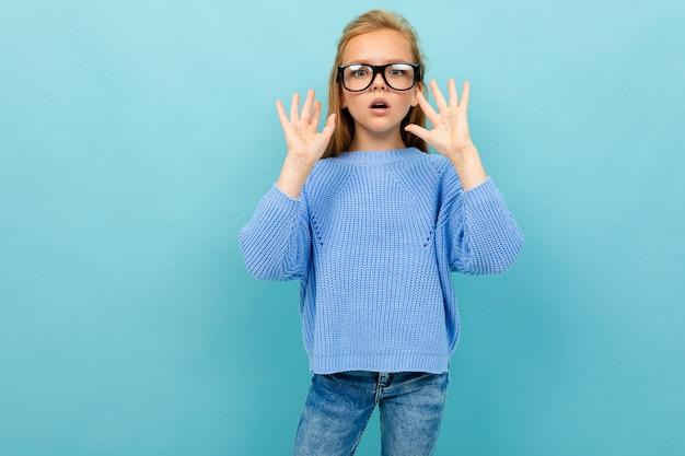 Chica europea sorprendida en gafas en azul claro