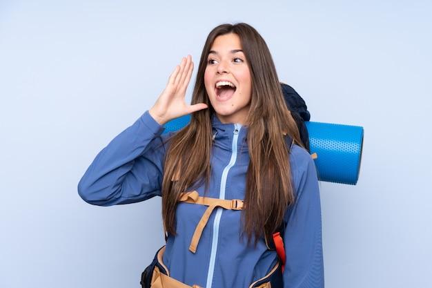 Chica excursionista adolescente gritando con la boca abierta