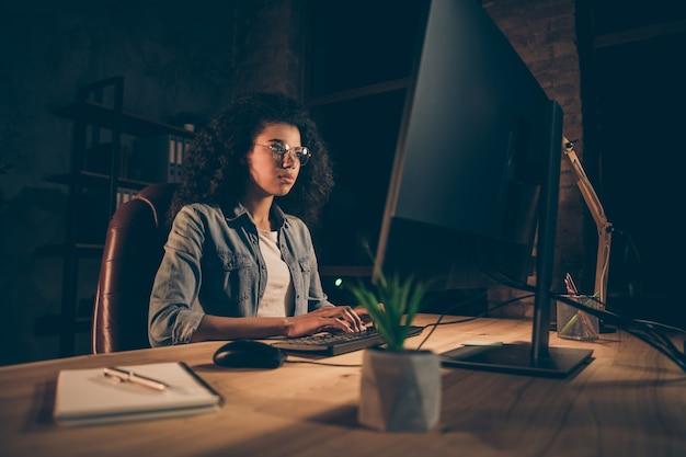 Chica experta calificada enfocada sentarse computadora de trabajo de mesa