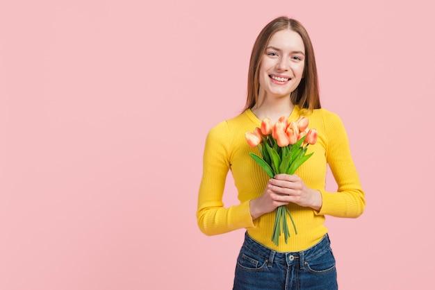 Chica expresando su felicidad