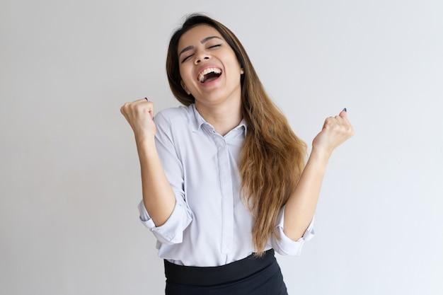 Chica extática celebrando el éxito