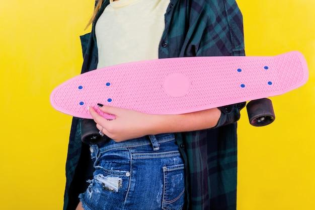Chica extrema con patineta