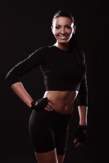 Chica feliz fitness con cuerpo sexy
