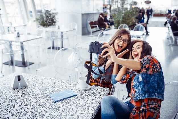 Chica feliz con la foto de los turistas de ti mismo. procesamiento de arte