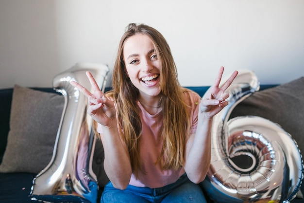 Chica feliz haciendo el signo de paz