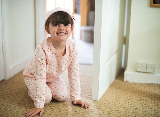 Chica feliz en el piso del baño