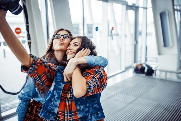 Chica feliz con turistas foto tuya