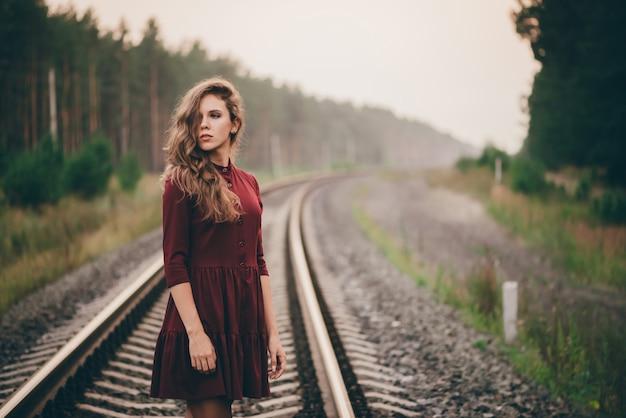 Chica en ferrocarril