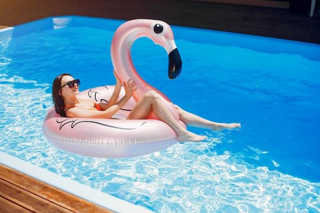 Chica en fiesta de verano en la piscina