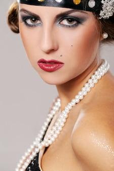 Chica fiestera seria y sus labios rojos