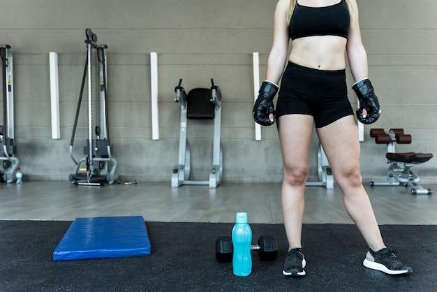 Chica fitness con botella de agua