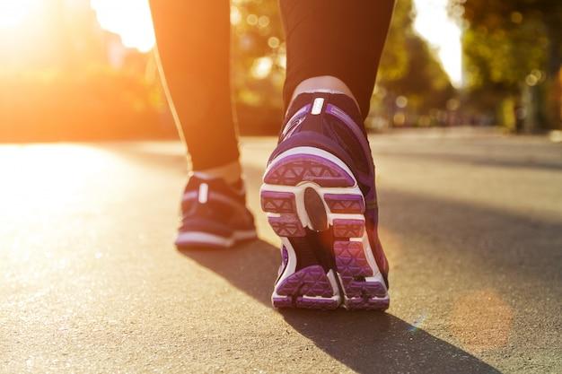 Chica fitness corriendo al atardecer