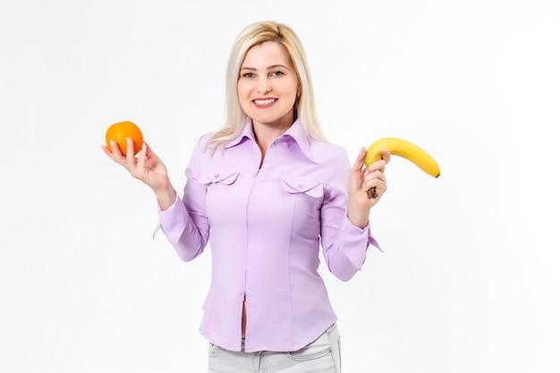 Chica fitness demasiado feliz le gusta la comida de frutas saludables