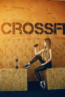 Chica fitness en un gimnasio