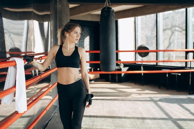 Chica fitness con una hermosa figura deportiva para ropa publicitaria