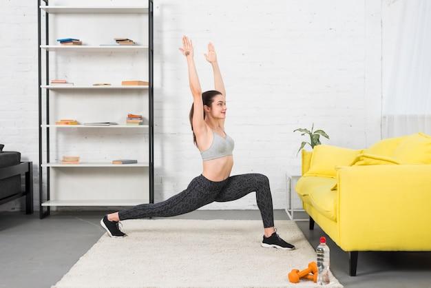 Chica fitness practicando yoga