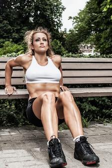 Chica fitness está trabajando en el parque