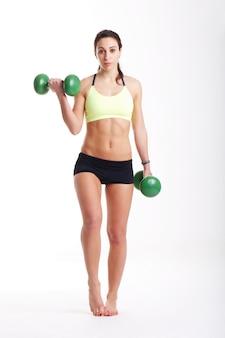 Chica en forma con pesas