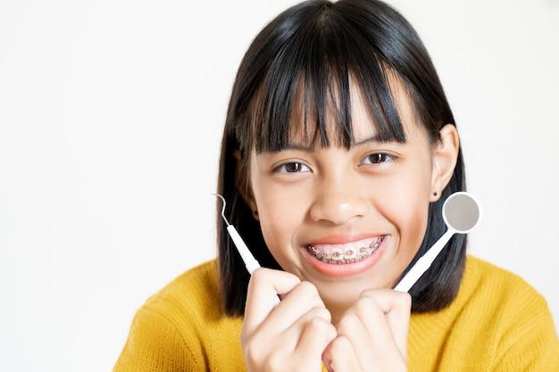 Chica con frenillos dientes sonriendo y feliz