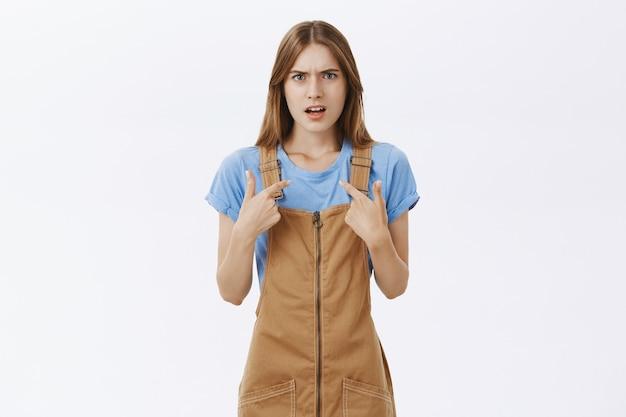 Chica frustrada y molesta apuntando a sí misma