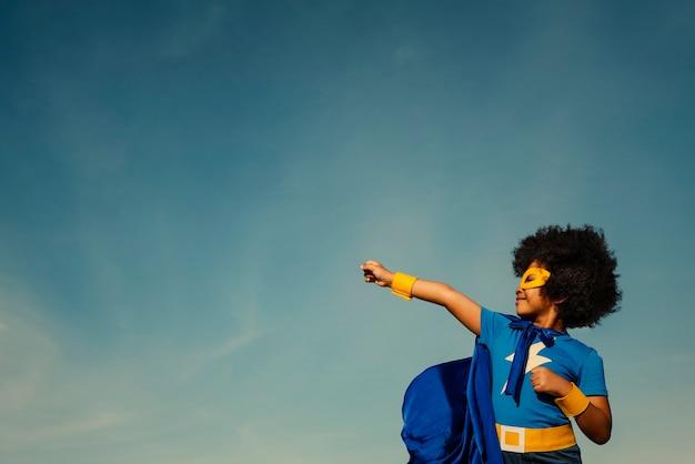 Chica fuerte superhéroe con superpoderes