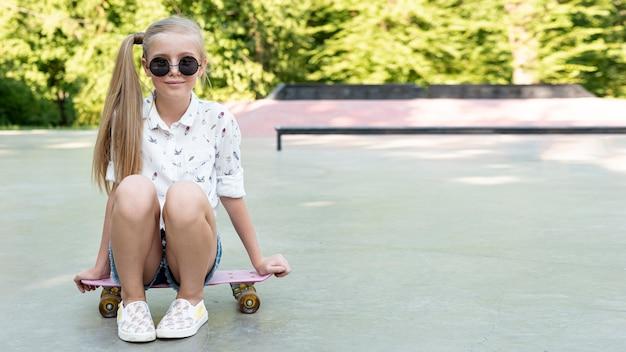 Chica con gafas de sol y cabello rubio